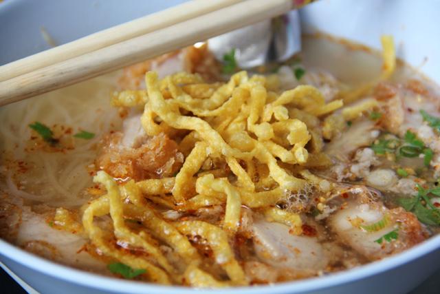 Kuay teow tom yum w/ fried pork
