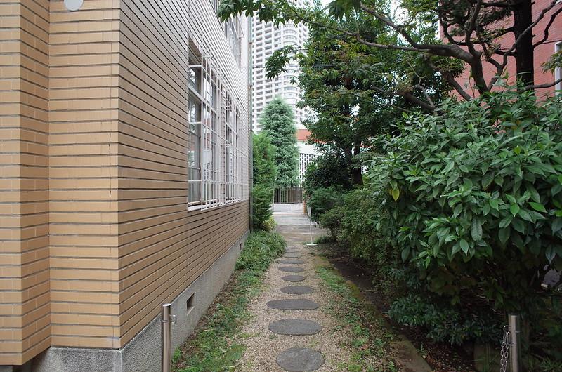 旧江戸川乱歩邸中庭から入口に向かう小径