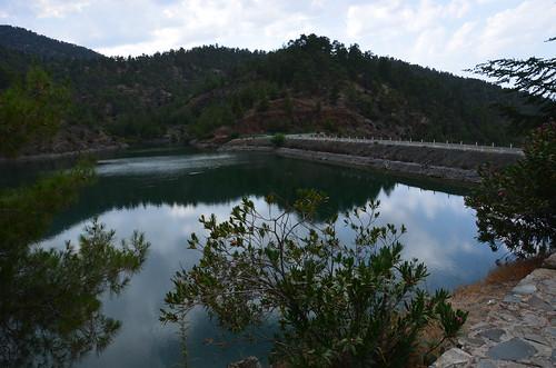 Ein Trinkwasserreservoir liegt im Tal