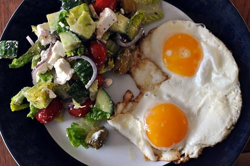 Græsk salat og spejlæg
