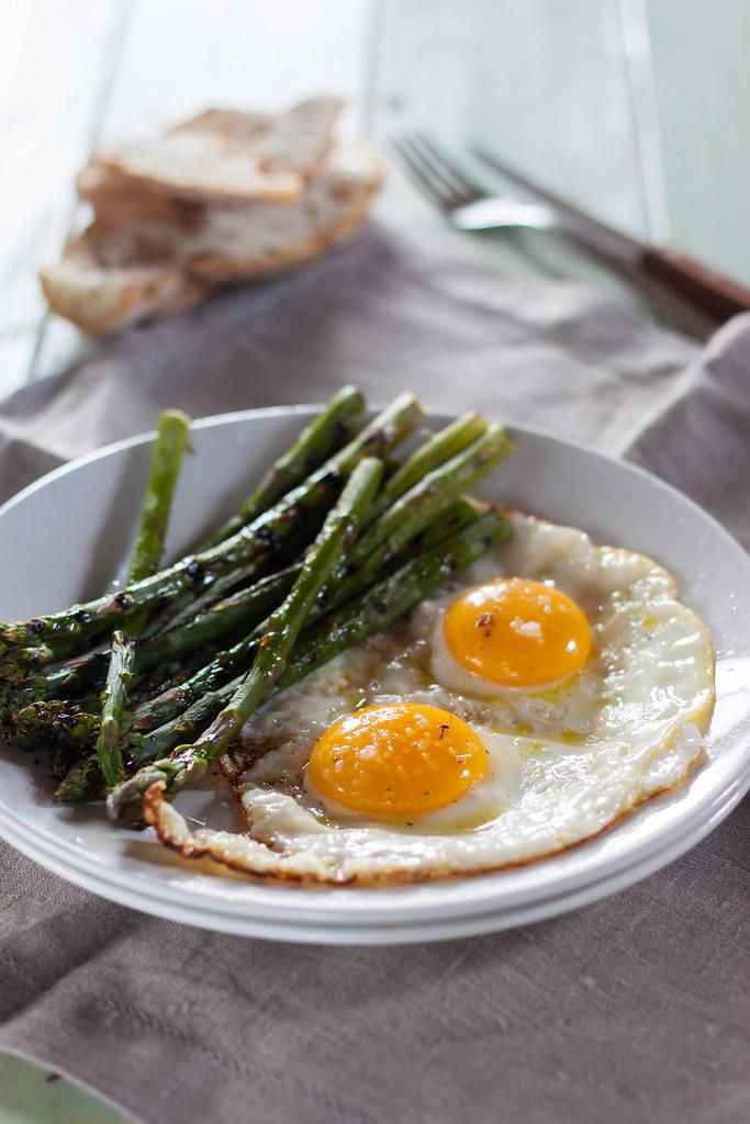Uova al tegamino e asparagi grigliati