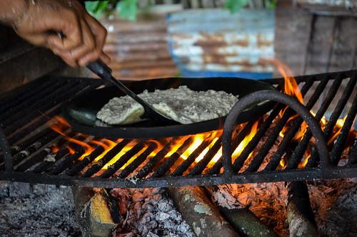 yellow fire llama flame fuego firewood flama leña огонь cachapa budare дрова parrillera