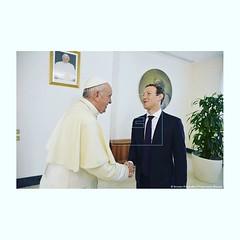 Curiosa foto le sacaron ayer a Zuckerberg en la runi�n que tuvo con el Papa.. :innocent::point_left: