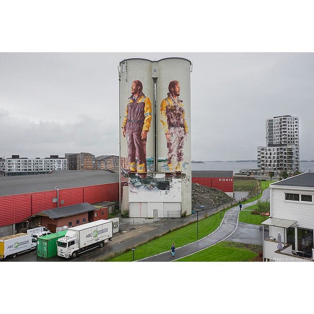 I love the way @fintan_magee blends his piece with it's surroundings. Painted fir @nuartfestival in #stavanger #norway. #wallkandy #art #nuart #streetart #mural #painting #graffiti #fb #f #t #p #fintanmagee