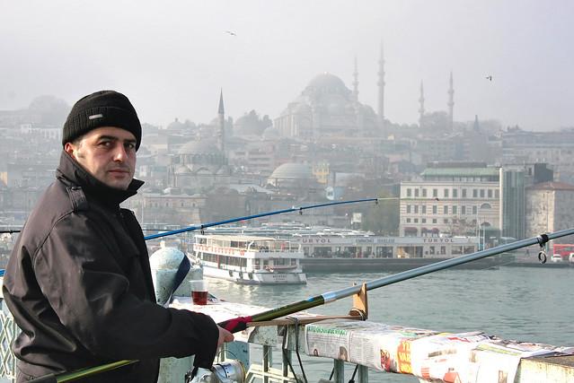 Angler on the Galata bridge, Istanbul, Turkey イスタンブール、ガラタ橋の釣り人