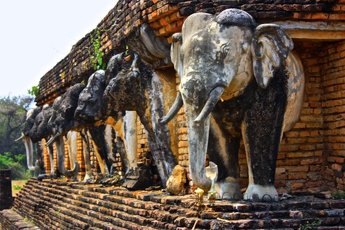 elephant guardians at Wat Chang Lom