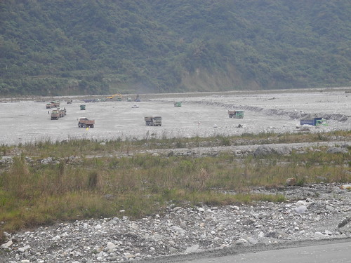 花蓮溪河床除了種植西瓜,還有頻繁的砂石車。