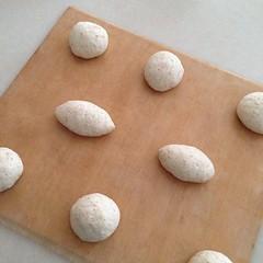 丸めて成形して、オーブンシートの上にのせます。 このあとゆっくり発酵時間。成長を待ちます。 #パン中継