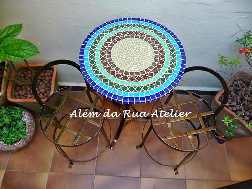 Mesa de mosaico e bancos de ferro