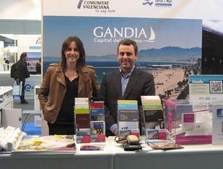"""La ciudad valenciana de Gandia mantiene su """"tirón"""". En la foto aparece Carlos Bolta,  gerente del organismo gandiense de Turismo, junto a la técnico Olatz."""