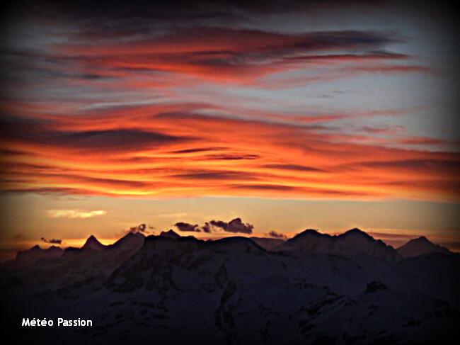 aube de feu sur les géants des Alpes, lors du foehn du 28 avril 2012 météopassion