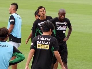 アップをする前田直輝選手とニウド選手。