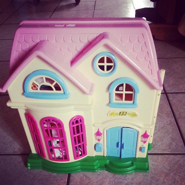 Chinage suite une maison pour l'anniversaire de nana pour 3 euros. #brocante #chinage #videgrenier #vintage #maison #anniversaire