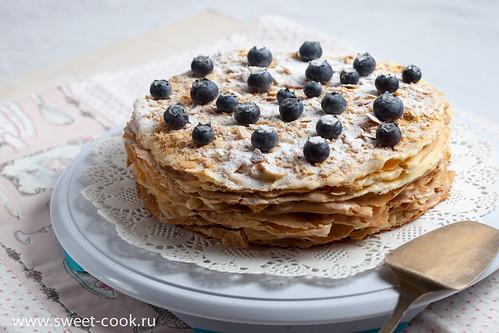 Стопка прослоеных коржей торта Наполеон