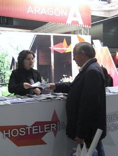 Gabriela Tapalaga, subdirectora de uno de los Hoteles Gargallo en Teruel, atiende a un potencial cliente.