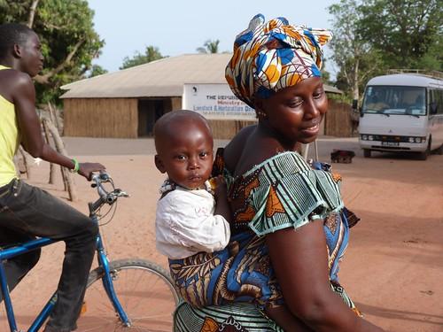 Mujer y niño en un poblado de Gambia