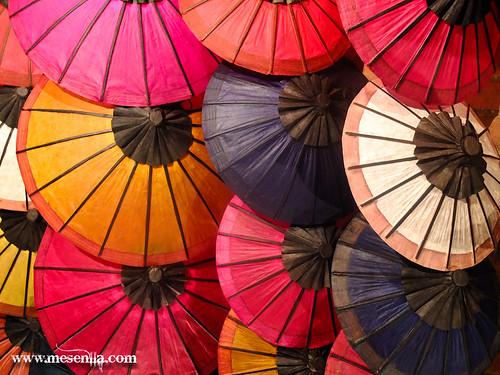 Venta de paraguas artesanales en Luang Prabang