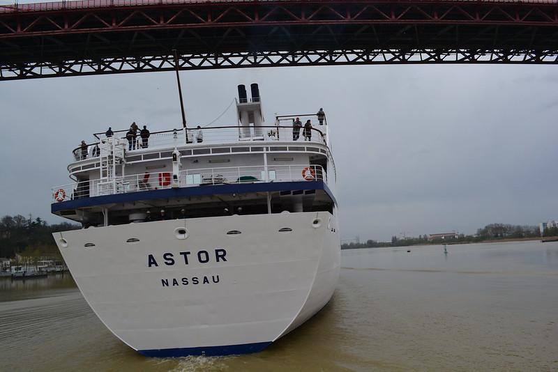 L'ASTOR sous le pont - ©avril 2013 - bordeauxpaquebots.com