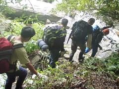 背著沉重的背包行走山林間,對資調隊來說是家常便飯。(圖片來源:林務局)