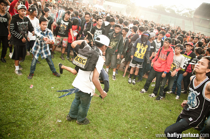"Crowd and fans at Bandung Berisik 2013 ""Versus The World"" Photo by Achmad Hafiyyan Faza"