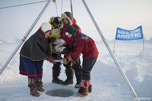 綠色和平遠征隊將旗幟和時空膠囊沉入北極海床。從左到右:Josefina Skerk, Renny Bijoux, Ezra Miller, Kiera Kolson(照片由Christian Aslund/綠色和平提供)。