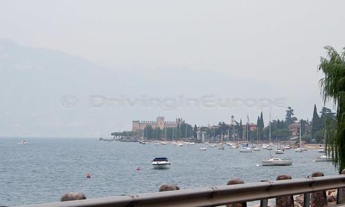 湖越しに見える街並み