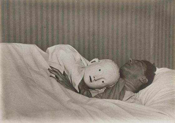 ברניס אבוט, ז'אן קוקטו במיטה עם המסכה של אנטיגונה, 1927