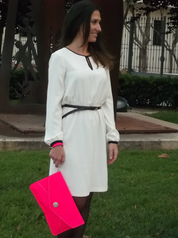 Trench mangas piel, vestido blanco y negro, clutch rosa fluor, black leather sleeves, blanck and White dress, neon pink clutch