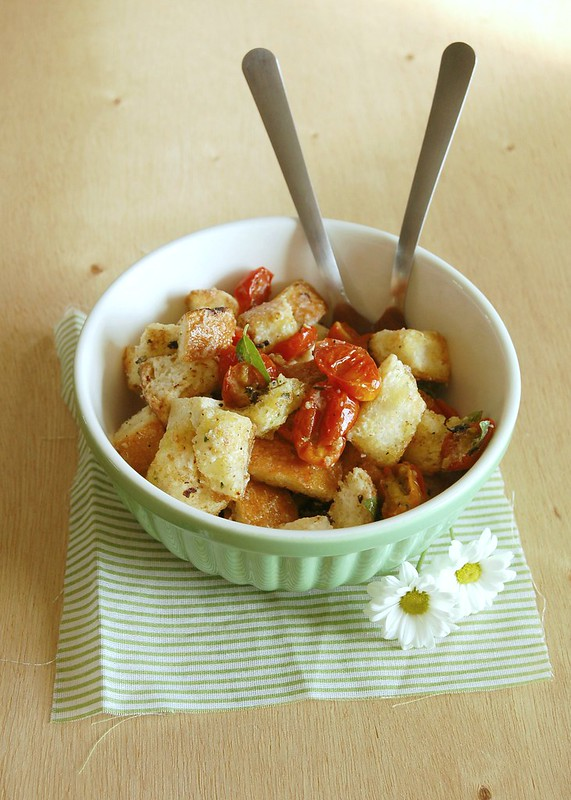 Roasted tomato and mozzarella panzanella / Panzanella com tomates assados e mozzarella