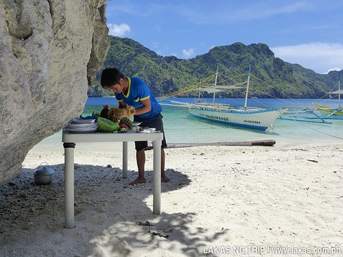 Kuya Nil preparing our food at Talisayen Beach