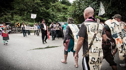 圖一,徒步行動團隊接受代巴塱族人以古禮接待 攝影:郭文吉