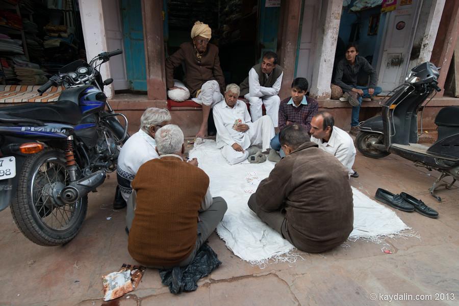 мужики с картами. People in Bikaner market