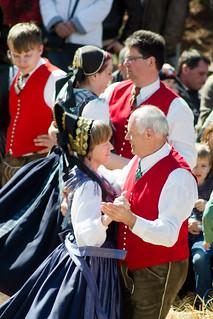 Parejas bailando en un festejo tradicional en Austria