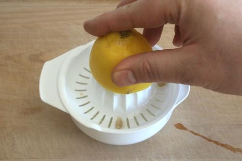 08 - Zitrone auspressen / Squeeze lemon