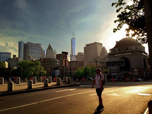 •Sun Surfer• #nyc #chinatown #manhattanbridge #wtc #freedomtower #skateboarder #sidewalkstories #street_photography #mobilephotography