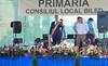 Bürgermeister Cristian David auf der Bühne in der Dorfmitte eröffnet die Festtage
