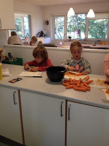 Der arbejdes i køkkenet. Idag er menuen boller i karry med ris og gulerodssalat - uhmm