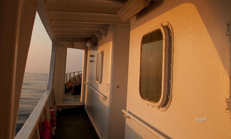 金光下的側舷