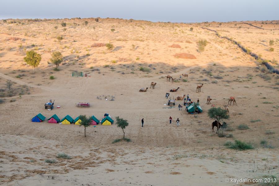 палатки среди пустыны в индии