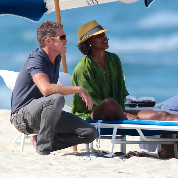 Kelly-Rowland-Miami-Beach-with-friend