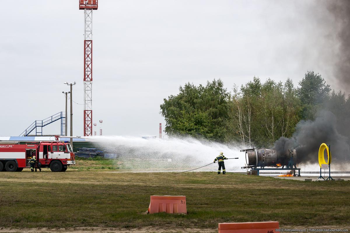 Тушение горящего авиационного двигателя