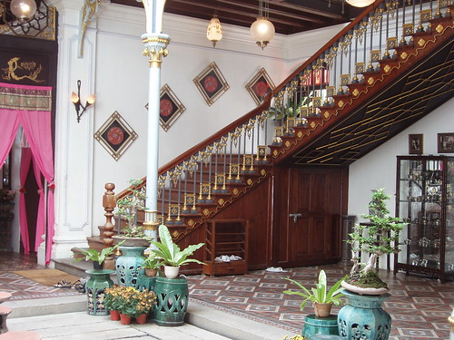 200708150096_Peranakan-mansion-staircase