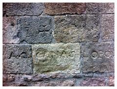 """Foto de la inscripción en la piedra """"a dos canas lo pou"""""""