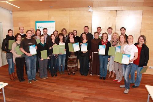 Gruppenbild von Menschen mit Zertifikaten