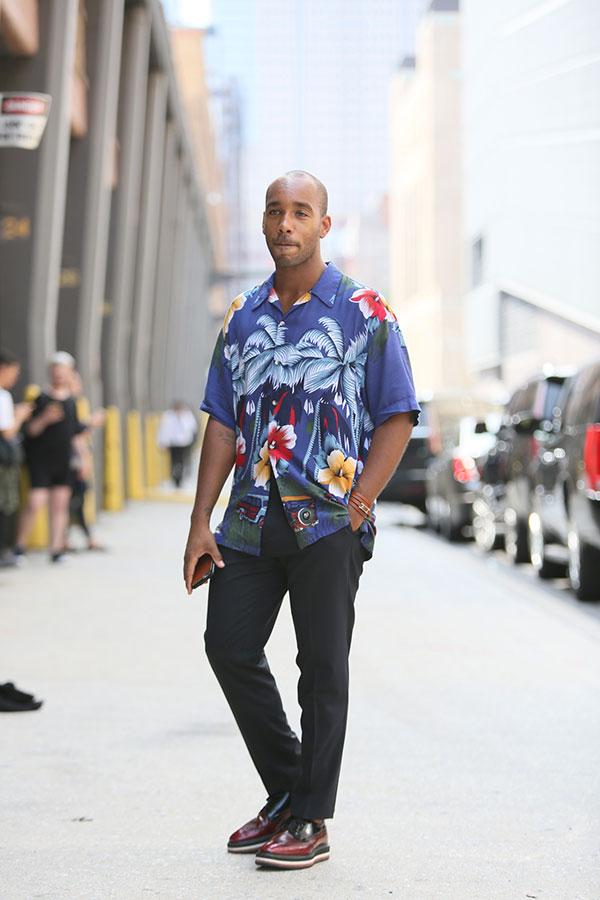 紺系アロハシャツ×黒スラックス×黒ワインコンビウイングチップシューズ