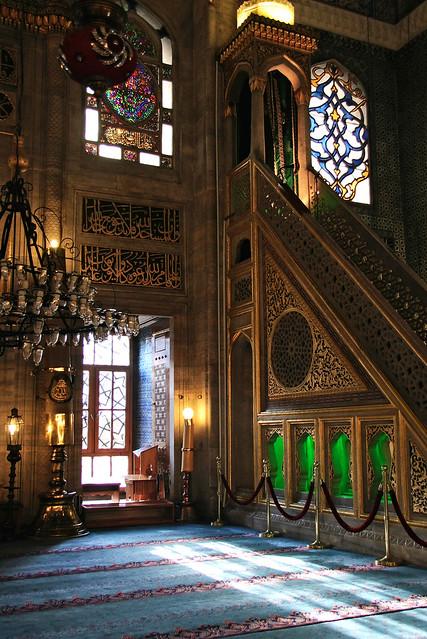 Light streaming from the window of Yeni mosque, Istanbul, Turkey イスタンブール、イェニ・モスクの窓から入った光