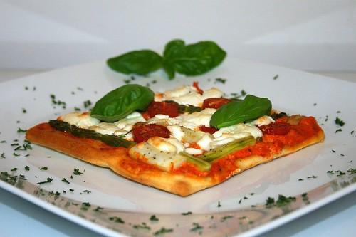 36 - Spargel-Pizza mit Ajvar & Ziegenfrischkäse / Asparagus pizza with ajvar & soft goat cheese - Seitenansicht