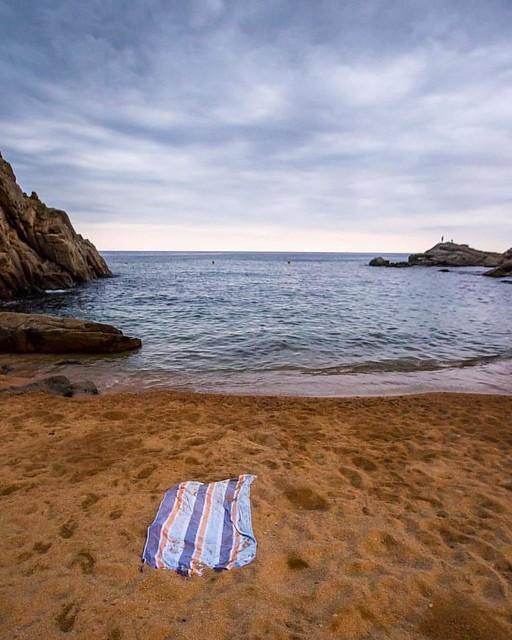 Quando si fa sera...le ore più belle in spiaggia... #waves #rocks #tramontodifineestate #tossademar #españa #spiaggia #summer2016 #estate #asciugamano #sand #sabbia #twilight #tramonto #tramontosulmare #alessiococilovophoto #alessiococilovophotodiary #lan