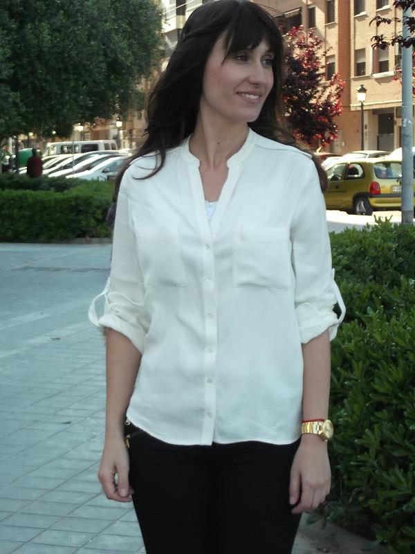 botas canela, leggings negros, camisa blanca, flequillo postizo, low cost