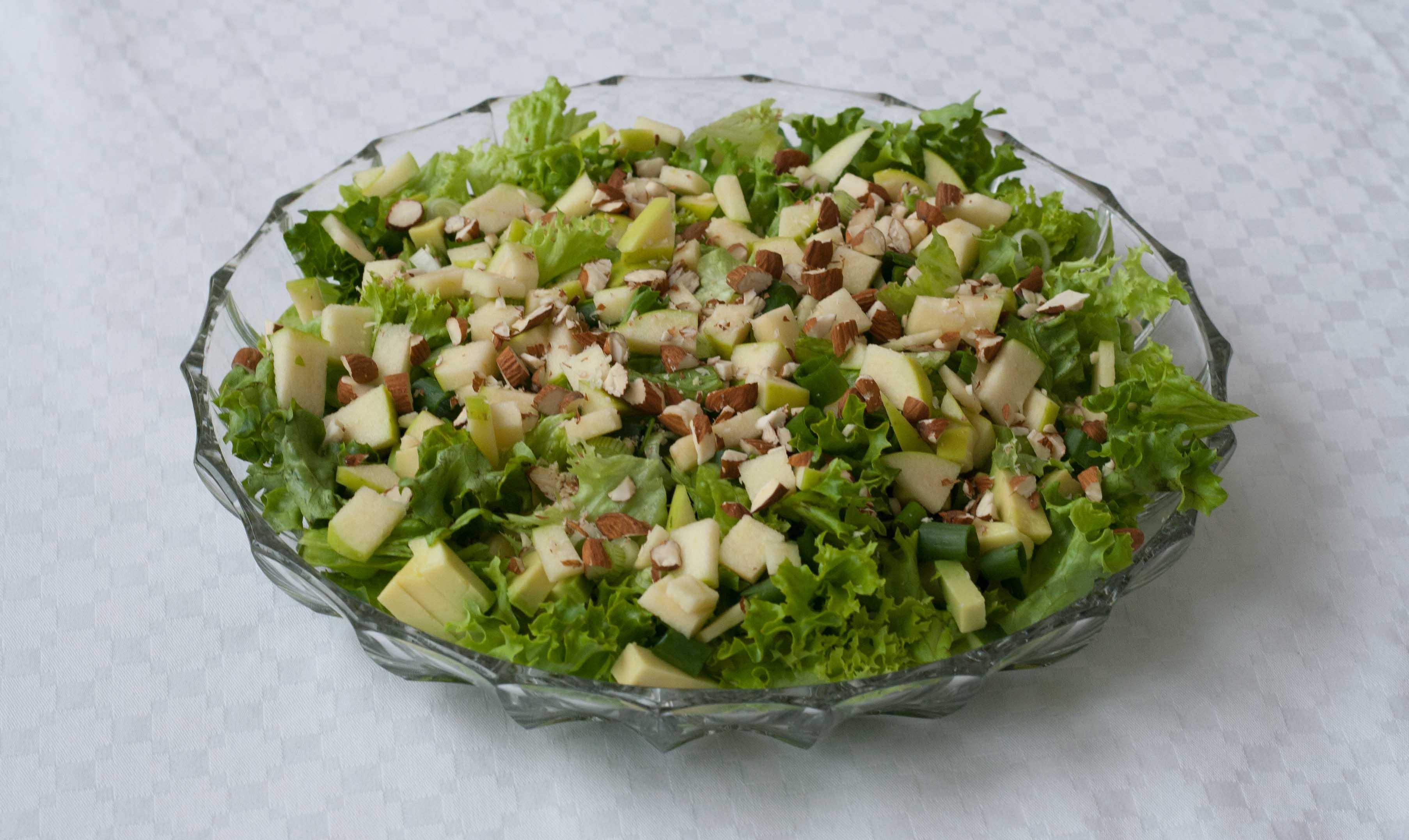 Grøn salat med æbler & mandler